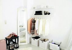 Amei a ideia da estante e da arara serem uma só, as caixas em baixo e o espelho na parede.