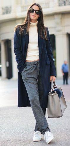 Calça de moletom cinza com turtleneck creme e casaco alongado preto