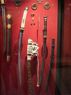 """""""sabre japonais"""" :  décrit l'ensemble des armes blanches fabriquées selon une technique japonaise particulière"""