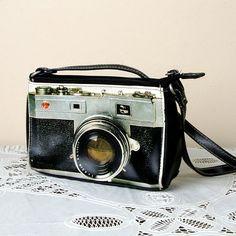 Love this cute little vintage camera bag