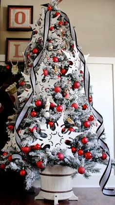 red and black christmas tree, christmas decor, holiday ideas Christmas Tree Base, Beautiful Christmas Trees, Noel Christmas, Primitive Christmas, Christmas Photos, Christmas Rugs, Christmas Mantles, Xmas Trees, Magical Christmas