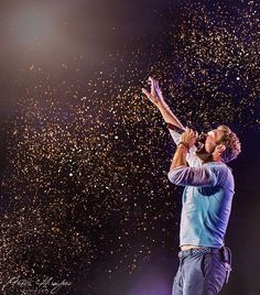 One of the most beautiful concert pictures I've ever seen taken at Wembley this year by Peter Hughes Photography ✨ Coldplay Live, Coldplay Concert, Band Photography, Concert Photography, Avicii, Beautiful World Lyrics, Chris Martin Coldplay, Jonny Buckland, Band Pictures