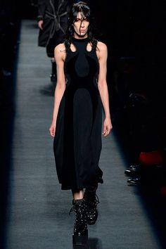 Черным-черно – так можно коротко охарактеризовать коллекцию Alexander Wang осень-зима 2015-2016. Дизайнер сделал ставку на свой любимый цвет и предложил в очередной раз обратиться к моде улиц и субкультур