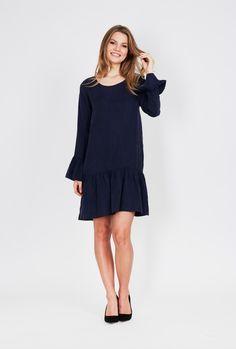 96baece36b0633 Dit donkerblauwe jurkje van DryLake heeft een zijde-look. Het jurkje is  gemaakt van