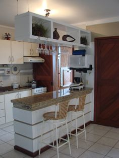 Browse photos of Small kitchen designs. Discover inspiration for your Small kitchen remodel or upgrade with ideas for organization, layout and decor. Kitchen Sets, Home Decor Kitchen, Home Kitchens, Decorating Kitchen, Diy Decorating, Diy Kitchen, Kitchen Bar Design, Interior Design Kitchen, Small Modern Kitchens