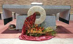 Corpus Christi, Altars, Kirchen, Flower Arrangements, Table Decorations, Flowers, Home Decor, Beautiful Gardens, Garden