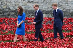 Members of the British Royal family visited this breathtaking poppy memorial to soldiers killed in World War One. | #LestWeForget #WW1