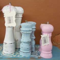 Want to complete your shabby chic dining table? These salt and peppers shakers are just for you. Add a little country cottage or farmhouse decor to your kitchen & Dining. Shabby Chic Cafe, Shabby Chic Kitchen Table, Shabby Chic Interiors, Shabby Chic Pink, Shabby Chic Furniture, Shabby Chic Decor, Kitchen Dining, Dining Table, Vintage Furniture