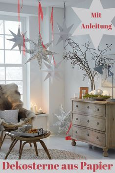 Papiersterne basteln Whether in winter or summer: The stars are decorative in every season. We'll show you how to make the paper stars yourself. Diy Snowflake Decorations, Wooden House Decoration, Diy Esstisch, Flower Head Wreaths, Papier Diy, Snow Flakes Diy, Diy Dining Table, Paper Stars, Diy Décoration