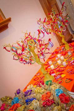 Planning to do your own mehendi decor? Then this post on mehendi decor props, where to find them and how much to buy them for is something you cannot miss. Indian Wedding Gifts, Desi Wedding Decor, Gift Table Wedding, Wedding Mandap, Indian Wedding Decorations, Wedding Ideas, Wedding Mehndi, India Wedding, Wedding Poses