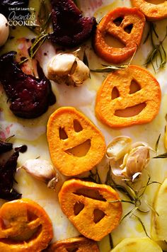 With sweet potato jack-o-lanterns, beet root witch's hats, and spooky potato ghosts, these Halloween Roasted Veggies are a healthy Halloween dinner recipe! Soirée Halloween, Halloween Dinner, Halloween Food For Party, Halloween Recipe, Halloween Costumes, Halloween Makeup, Halloween Decorations, Halloween Baking, Halloween Cupcakes