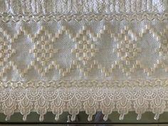 """Selma Muller on Instagram: """"Para quem gosta de cores neutras essa é uma ótima opção! Toalha branca bordada na cor off-wite! Bem clássica e chique! 🌸🌾🌸"""" Bargello, Valance Curtains, Embroidery Stitches, Needlework, Lily, Crochet, Roman Shades, Instagram, Home Decor"""