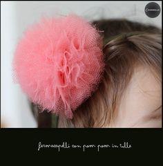 Una fascia per capelli con pom pom per figlie e nipotine