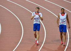 Christophe Lemaitre (g) et Jimmy Vicaut, à l'issue du relais 4x100 m des jeux Olympiques de Londres, le 11 août 2012