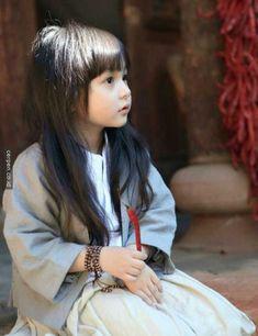 (Hanfu)cute little Liu Chutian was playing with a ….chilli LOL /(^o^)\ Cute Little Girls, Cute Kids, Cute Babies, Asian Kids, Asian Babies, Adorable Petite Fille, Baby Kind, Hanfu, Beautiful Children