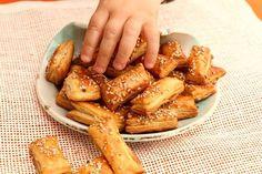 BLW-Rezept für supereinfache Sesamteilchen aus Blätterteig. Schneller und simpler Baby led weaning Snack zum Knabbern für zwischendurch oder unterwegs.