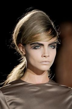 Lisa Eldridge describes Cara Delevingne as 'stunning' in this look style beehive and heavy brow combo for Marc Jacobs. Runway Makeup, Beauty Makeup, Hair Makeup, Hair Beauty, Mod Makeup, Runway Hair, Cara Delevingne, Beauty Trends, Beauty Hacks