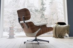 The Lounge Chair is one of the most famous designs by Charles and Ray Eames. Created in 1956 it is now a classic in the history of modern furniture. The main goal of the Eames Lounge Chair was – and still is – to offer users maximum sitting comfort. Charles Eames, Ray Charles, Lounge Chair, Chair And Ottoman, Living Room Lounge, My Living Room, Decoration Design, Decor Interior Design, Objet Deco Design