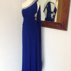 Vestido azul espalda descubierta Referencia: vf1503 PVP 49,00 € Vestido azul de licra, con espalda descubierta. Un solo tirante y en el se desprende foulard a juego de color . Lateral del hombro y cadera con piedras transparentes y plateadas cosidas a mano al igual que en el pecho. T 36,38 40 Y 42 entrega en 24 horas