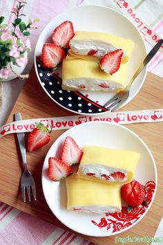 Cách làm bánh kem trứng cuộn dâu tây béo ngậy - http://congthucmonngon.com/71089/cach-lam-banh-kem-trung-cuon-dau-tay-beo-ngay.html
