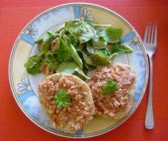 Zu Mittag bei Jessi: veganes Mett auf Vollkornbrötchen und dazu Salat. Mittlerweile wohl einer DER Klassiker der veganen Küche!