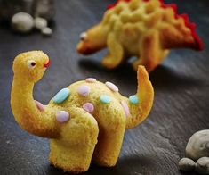Start your own edible Jurassic Park by bringing the dinos back from extinction with these dinosaur cake molds. The molds lets you create small 3D dinosaurs that can be garnished with any toppings you desire to create delicious and professional looking snacks.