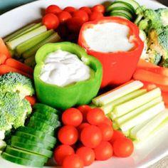 Mit pfiffigen Rezepten wird eure Gartenparty noch erfolgreicher. Wie wäre es zum Beispiel mit  ausgehöhlten Paprika als Dipbehälter?