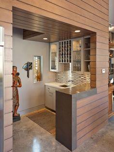 Cozinha pequena com espaço para guardar vinhos