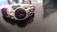 """Bracciale in alcantara bianca, con inserti in camoscio viola, argento e pietra centrale stile """"vertigo"""""""