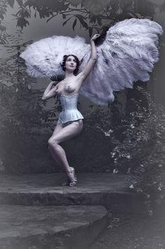 ★Sucre d'Orge★ http://sucredorge-burlesque.com/fr/ et https://twitter.com/SdOrgeBurlesque/with_replies