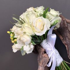 c15cb18beed5 Νυφικό Μπουκέτο Ανθοδέσμη Λευκά Τριαντάφυλλα Μπεζ Υπέρικουμ Λουλούδια Γάμος  Ανθοπωλείο