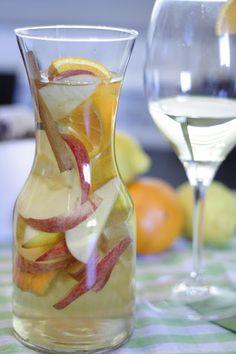 INGREDIENTES: 1/2 litro de vino blanco. 1/2 litro de gaseosa. 3 cucharadas soperas de azúcar. 1 naranja. 1 manzana. 1 limón. 1 ramita de canela. ... Wine Drinks, Cocktail Drinks, Beverages, Cocktails, Sangria Blanca, Puerto Rican Recipes, Fruit Water, Wine Cheese, Getting Drunk
