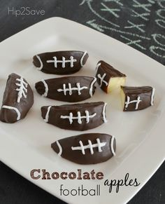 Super Bowl party food ideas chocolate football apple slices It's football game snacking season and you're on a diet? You'll love these healthy Super Bowl party food ideas! Chocolate Footballs, Chocolate Apples, Chocolate Dipped, Melting Chocolate, Chocolate Snacks, Chocolate Chips, Superbowl Desserts, Healthy Superbowl Snacks, Quick Snacks