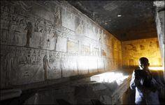 Un fotógrafo toma una imagen en el interior de la tumba de Seti I, reabierta recientemente en Egipto ©reuters