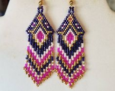 Nativos americano estilo moldeado caliente rosa oscuro, púrpura, oro y blanco pendientes Boho suroeste, Peyote, gitano, puntada del ladrillo, listo para enviar