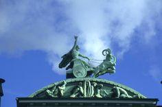 Libro Territorio Vikingo. Estatua de Thor en el tejado de la fábrica Carlsberg. Un ejemplo de fábrica productiva y sostenible.