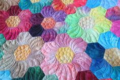 Geta's Quilting Studio: Hexy Hint -- Love these hexi flowers Machine Quilting Patterns, Paper Piecing Patterns, Quilt Patterns, English Paper Piecing, Hexagon Patchwork, Hexagon Quilting, Longarm Quilting, Flower Quilts, Quilt Stitching