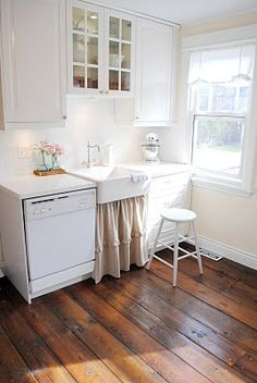 Small kitchen design feel homey and are as functional as living-large kitchens. Some small kitchen examples shown like country, retro, shabby chic. Farm Kitchen Ideas, Kitchen Trends, Cottage Kitchen Interior, Cottage Kitchens, Cottage Interiors, White Kitchen Appliances, Kitchen White, Kitchen Small, Cozy Kitchen