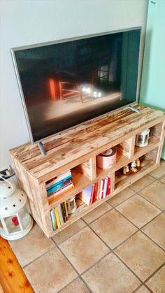 Des espaces rangements fonctionnels dans ce meuble TV en palette  http://www.homelisty.com/meuble-en-palette/