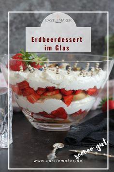 Super fruchtiges Erdbeer-Schichtdessert mit Holunderquarksahne im Glas. Das Rezept für den Erdbeertraum findest Du auf Castlemaker.de Snacks, Super, Pudding, Foodblogger, Drinks, Photography, Fish Dishes, Bakken, Elder Flower