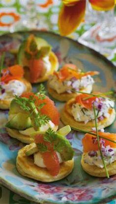 Blinis med rødløg og laks | ISABELLAS Tapas, Caprese Salad, Bruschetta, Fresh Rolls, Baked Potato, Sushi, Buffet, Bacon, Brunch