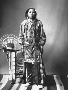 native-american-indian-from-southeastern-id-reservation-on-handcrafted-rug-wearing-tribal-vestments.jpg (366×488)