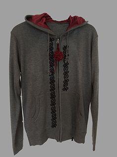 Chaqueta con Arabescos. Muy original, la capucha es de satén roja y los arabescos le dan un toque genial!!! sunyo4965@gmail.com