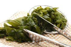 Cómo consumir algas Seguramente hayas leído alguna receta donde uno de sus ingredientes son las algas y te has preguntado, ¿cómo se consumen? ¿dónde se adquieren? ¿es preciso hervirlas? Entérate de todo esto y mucho más en este artículo.