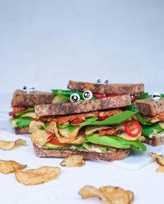 Sipsihullun sipsileivät täytetään vegaanisella chorizolla ja majoneesilla, avocadolla, tomaatilla ja chilillä ... sekä tietysti lempisipseillä!