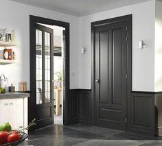 Een donkere binnendeur zorgt voor een stijlvolle en sfeervolle look. Deze deur staat perfect in de klassieke stijl.