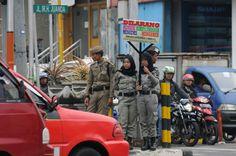 Sejumlah petugas Satpol PP Kota Depok membawa papan imbauan larangan memberi uang pada pengemis di Jalan Margonda Raya, Depok, Jawa Barat, S...