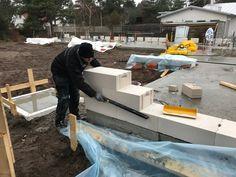 Nu bygger vi väggar!  Första lagret av de massiva blocken krävde lite precision…   http://blog.homedoubler.com/2017/04/nu-bygger-vi-vaggar-ytong.html