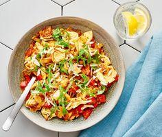 En vitlöksdoftande pastarätt med tortellini, färdig pastasås och massor av goda grönsaker. Stekta champinjoner, paprika och zucchini ger både färg och smak till denna snabblagade vardagsrätt. Toppa med ruccola och riven parmesan.