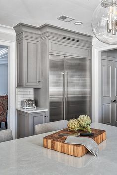 Grey Kitchens: 10 Stunning Ideas that Suit your Kitchen Whether it's a calming hue or a more dramatic tone, grey kitchen cabinets are always a good choice. Best Kitchen Design, Grey Kitchen Designs, New Kitchen, Kitchen Decor, Kitchen Ideas, Rustic Kitchen, Awesome Kitchen, Craftsman Kitchen, Kitchen Small